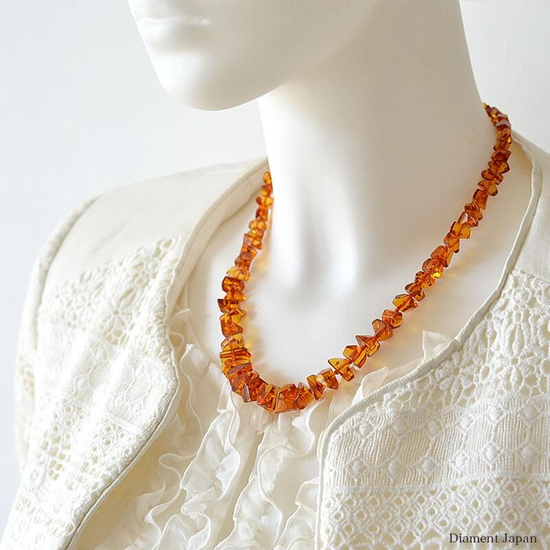 お肌を明るく綺麗に見せる、コニャックアンバーの天然琥珀ネックレス。最高品質のさざれを使用した天然石アクセサリー/リトアニア産のバルティックアンバー